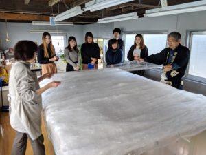 職人による入金真綿の手引き作業