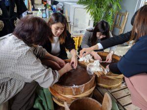 繭玉を湯掻いて手引き真綿を作るふとんの池田現地社員研修