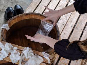 繭玉を湯掻いて手引き真綿を作る現地研修