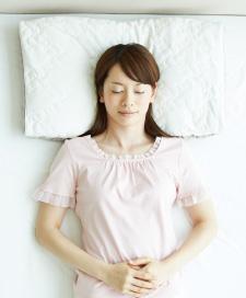西川のオーダーメイドまくらで寝る女性写真